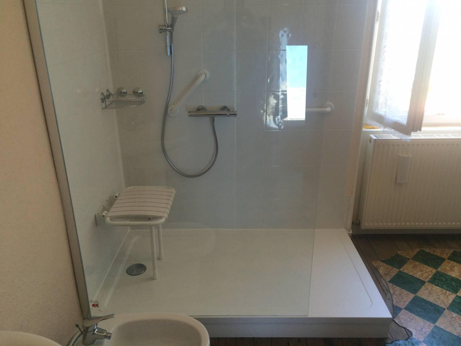 remplacement de baignoire par douche s curis e brignoles var 83 douche modul 39 eau. Black Bedroom Furniture Sets. Home Design Ideas