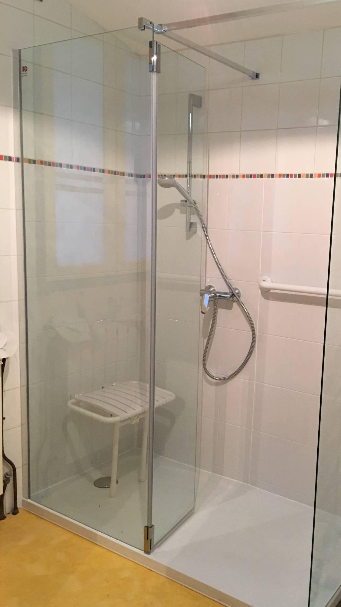 Spécialiste remplacement baignoire par douche senior sécurisée à