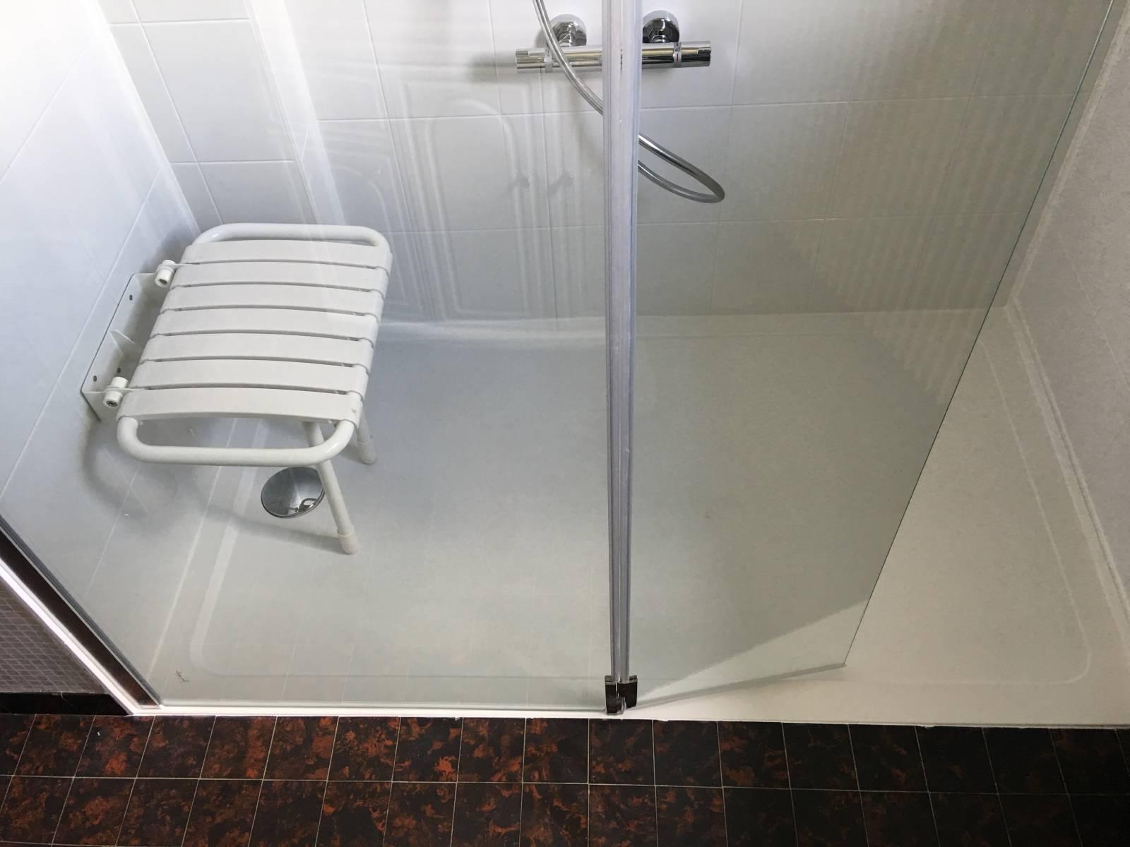 sp cialiste remplacement baignoire par douche senior s curis e bouc bel air et dans tout le. Black Bedroom Furniture Sets. Home Design Ideas